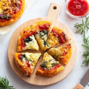 【時短レシピ】トースターで焼けちゃう☆チーズたっぷりほうれん草とトマトのピザのレシピと作り方。 料理研究家・フードコーディネーター藤井玲子のレシピと料理写真。れこれしぴ