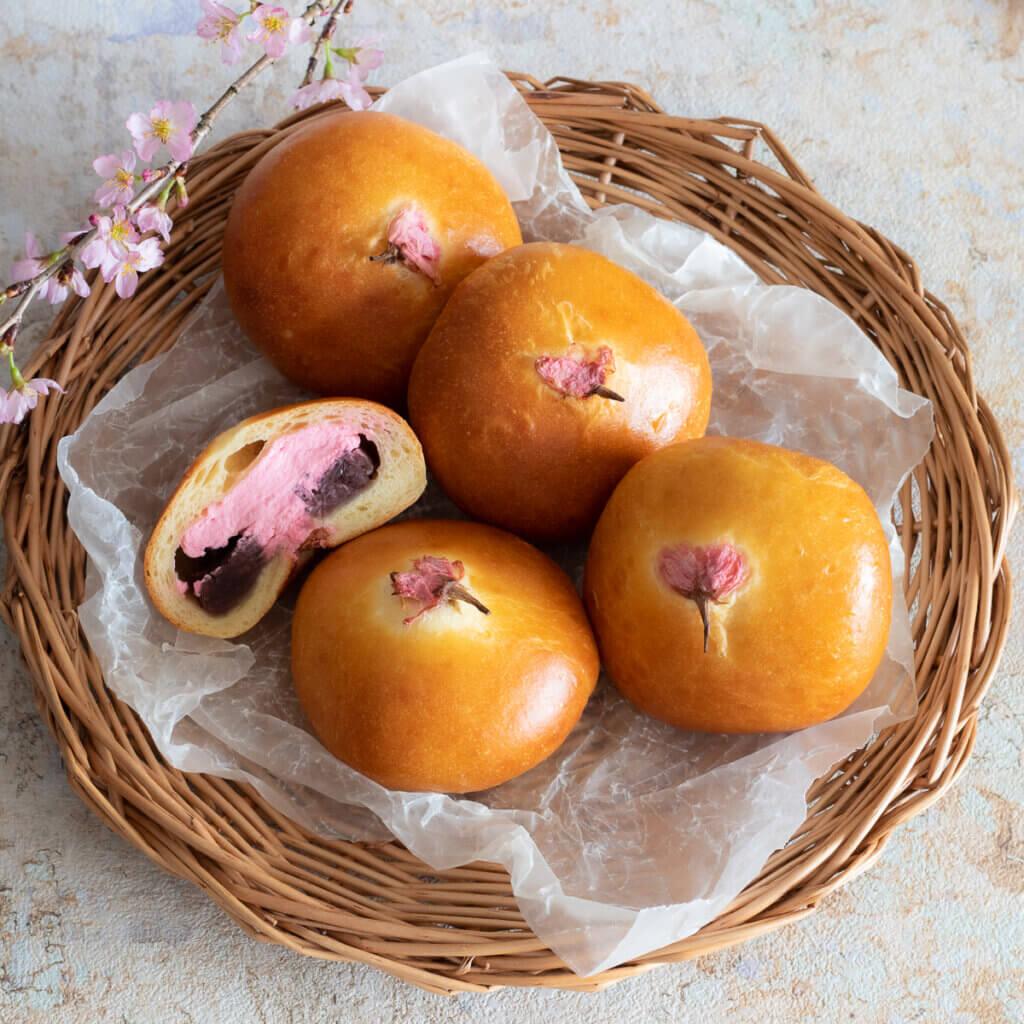 桜クリームたっぷり!春のあんぱんのレシピと作り方。スタイリングと写真の撮り方。 料理研究家・フードコーディネーター藤井玲子のレシピと料理写真。れこれしぴ