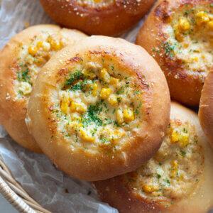ツナマヨコーンパンのレシピと作り方。スタイリングと写真の撮り方。 料理研究家・フードコーディネーター藤井玲子のレシピと料理写真。れこれしぴ