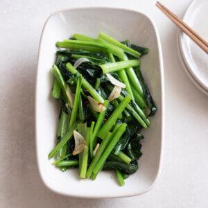 小松菜のオイル蒸しのレシピと作り方。スタイリングと料理写真の撮り方。 料理研究家・フードコーディネーター藤井玲子のレシピと料理写真。れこれしぴ