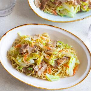桜海老とキャベツの塩焼きそばのレシピと作り方。スタイリングと料理写真の撮り方。 料理研究家・フードコーディネーター藤井玲子のレシピと料理写真。れこれしぴ