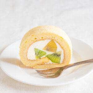 さっぱり!キウイフルーツのヨーグルトシフォンロールケーキのレシピと作り方。スタイリングと料理写真の撮り方。 料理研究家・フードコーディネーター藤井玲子のレシピと料理写真。れこれしぴ