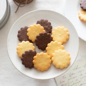 基本の型抜きクッキー(バニラ・ココア)のレシピと作り方。スタイリングと料理写真の撮り方。 料理研究家・フードコーディネーター藤井玲子のレシピと料理写真。れこれしぴ