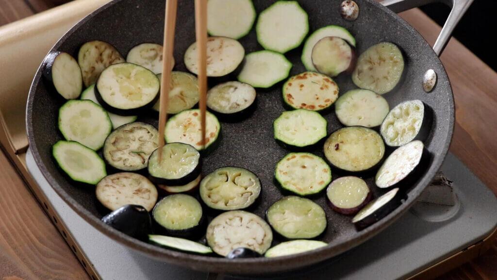 なすとズッキーニのトマトソースグラタンのレシピと作り方。スタイリングと料理写真の撮り方。 料理研究家・フードコーディネーター藤井玲子のレシピと料理写真。れこれしぴ