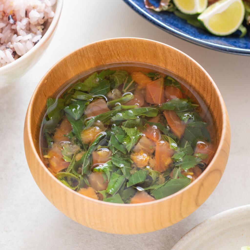 トマトとモロヘイヤの生姜スープのレシピと作り方。スタイリングと料理写真の撮り方。 料理研究家・フードコーディネーター藤井玲子のレシピと料理写真。れこれしぴ
