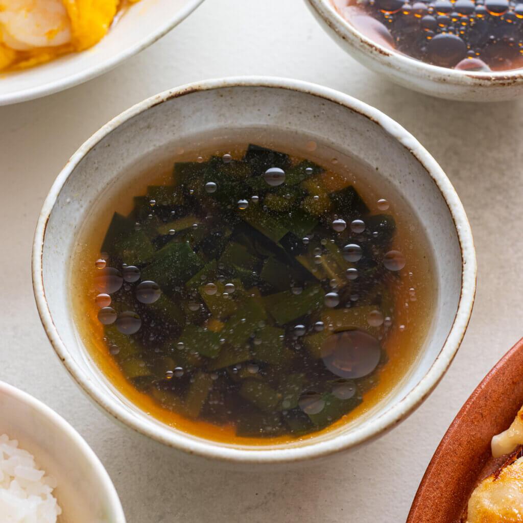 にらのオイスタースープのレシピと作り方。スタイリングと料理写真の撮り方。 料理研究家・フードコーディネーター藤井玲子のレシピと料理写真。れこれしぴ