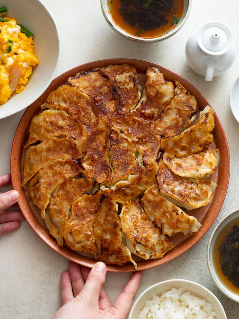 キャベツたっぷり!ジューシー餃子のレシピと作り方。スタイリングと料理写真の撮り方。 料理研究家・フードコーディネーター藤井玲子のレシピと料理写真。れこれしぴ