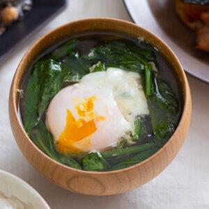 ほうれん草と落とし卵のおみそ汁のレシピと作り方。 料理研究家・フードコーディネーター藤井玲子のレシピと料理写真。れこれしぴ